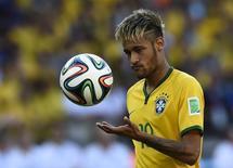 Neymar aguarda para cobrar o pênalti na partida contra o Chile no Mineirão, em Belo Horizonte. 28/6/2014.   REUTERS/Dylan Martinez