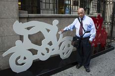 El artista mexicano Gilberto Aceves Navarro posa para la foto con dos de sus esculturas de bicicletas en Nueva York el 30 de junio del 2014. El artista mexicano de 82 años espera que 122 esculturas de bicicletas que ha levantado en Nueva York acerquen a la gente al ciclismo, inciten el interés en el arte urbano y promuevan ciudades más verdes y saludables. REUTERS/Lucas Jackson