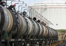 Цистерны на нефтяном терминале Роснефти в Архангельске 30 мая 2007 года.  Цены на нефть слабо растут из-за опасений за поставки из Ирака, хотя повстанцы в Ливии согласились на открытие двух нефтяных терминалов. REUTERS/Sergei Karpukhin
