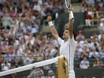 Sérvio Novak Djokovic comemora vitória sobre croata Marin Cilic em partida pelo torneio de Wimbledon, em Londres. 2/7/2014 REUTERS/Max Rossi