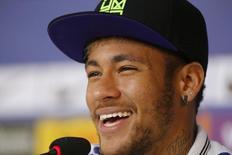Neymar sorri durante entrevista nesta quarta-feira.   REUTERS/Marcelo Regua