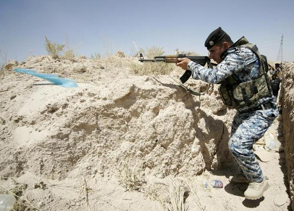 A member of the Iraqi security forces takes position during a patrol looking for militants of the Islamic State of Iraq and the Levant (ISIL) at the border between Iraq and Saudi Arabia, June 23, 2014. REUTERS/Mushtaq Muhammed
