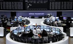 Трейдеры на торгах фондовой биржи во Франкфурте-на-Майне 27 июня 2014 года. Европейские фондовые рынки растут, пока инвесторы ждут официальных данных о состоянии рынка занятости в США. REUTERS/Remote/Stringer