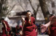Un monje tibetano participa de un debate religioso en el Monasterio Sera, en Lhasa, 21 de marzo de 2014. ¿Cómo pueden los tibetanos vivir a grandes alturas, en condiciones de poco oxígeno que a otros harían desvanecerse? En realidad han recibido un poco de ayuda de una fuente inesperada. REUTERS/Jacky Chen