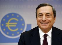 Le président de la Banque centrale européenne (BCE), Mario Draghi. La BCE a annoncé jeudi qu'elle maintenait ses taux d'intérêt aux niveaux qui sont les leurs depuis sa dernière réunion il y a un mois. /Photo prise le 3 juillet/REUTERS/Ralph Orlowski