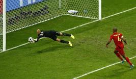 Goleiro dos EUA, Tim Howard, salva gol em partida contra Bélgica, na Arena Fonte Nova, Salvador/ 1/7/2014 REUTERS/Ruben Sprich