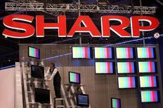 Sharp discute avec des entreprise taïwanaise et turque de la possibilité de les faire fabriquer sous licence ses téléviseurs et ses produits d'électroménager en Europe, selon une source proche du dossier. /Photo d'archives/REUTERS/Steve Marcus
