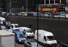 Selon la fédération professionnelle SMMT, les immatriculations de voitures neuves ont augmenté de 6,2% en juin au Royaume-Uni par rapport au même mois de 2013 et le marché automobile est bien parti pour atteindre 2,4 millions d'unités cette année. /Photo d'archives/REUTERS/Olivia Harris