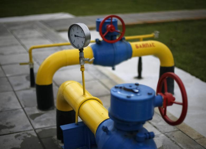 A pressure gauge, pipes and valves are pictured at a boosting compressor station (BCS) on the East Poltava gas field near the village of Kovalivka, in Poltava region, June 27, 2014.  REUTERS/Gleb Garanich