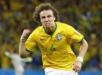 O jogador da seleção brasileira David Luiz comemora após marcar gol em jogo contra a Colômbia pelas quartas de final da Copa do Mundo, em Fortaleza, nesta sexta-feira. 04/07/2014 REUTERS/Stefano Rellandini