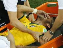 Neymar deixa o campo em uma maca após receber joelhada nas costas em partida contra a Colômbia no Castelão, em Fortaleza/ 4/4/2014.  REUTERS/Fabrizio Bensch