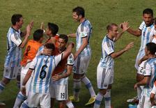 Jogadores da Argentina comemoram classificação a semifinal da Copa do Mundo após vitória sobre a Bélgica. 05/07/2014. REUTERS/David Gray
