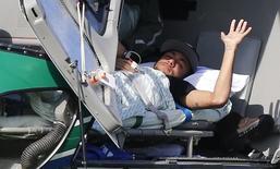 Neymar deixa concentração da seleção brasileira em Teresópolis de helicóptero e em uma maca. 05/07/2014. REUTERS/Stringer/Brazil