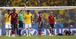 Juiz espanhol Carlos Velasco Carballo mostra cartão amarelo para Thiago Silva, na partida entre Brasil e Colômbia, na Arena Castelão, em Fortaleza. 4/7/2014 REUTERS/Jorge Silva