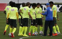 Técnico da seleção brasileira Luiz Felipe Scolari (de azul) fala com jogadores durante treino em Teresópolis (RJ). 6/7/2014 REUTERS/Marcelo Regua