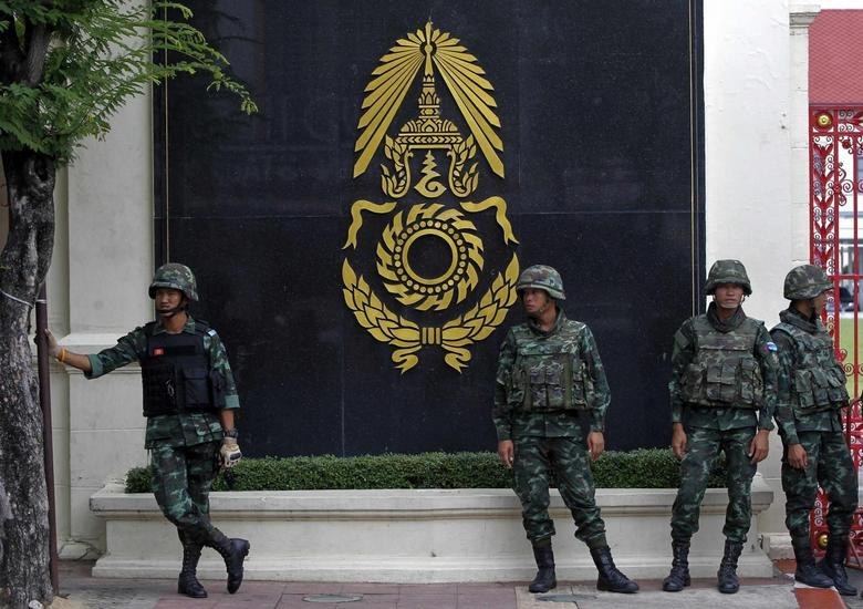 Thai soldiers stand guard outside the Royal Thai Army Headquarters as members of the Radio and Satellite Broadcasters gather in Bangkok June 18, 2014.  REUTERS/Chaiwat Subprasom