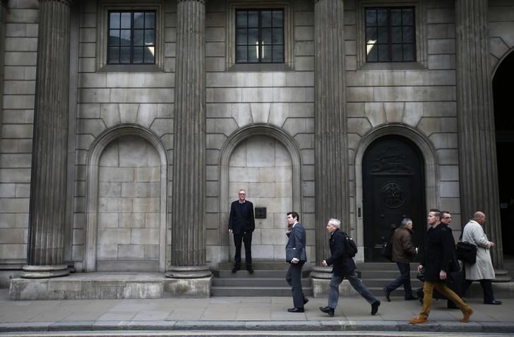 A man smokes a cigarette outside The London Stock Exchange November 11, 2013.    REUTERS/Eddie Keogh