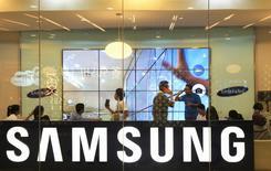 En la imagen, clientes asisten a un taller sobre el nuevo Samsung Galaxy S5 en Yakarta, 11 de abril, 2014. Samsung Electronics se enfrenta a un tercer trimestre consecutivo de caída en sus ganancias que podría extenderse a un cuarto, en momentos en que modelos más baratos ganan más participación en un mercado en desaceleración y Apple prepara el lanzamiento de su iPhone 6. REUTERS/Beawiharta