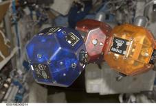 Роботы SPHERES на Международной космической станции  26 октября 2008 года. Смартфоны Google с технологией 3D-сканирования готовятся к полету в космос - в скором им предстоит стать мозгом и глазами летающих роботов, заступающих на дежурство на Международной космической станции (МКС). REUTERS/NASA/Handout via Reuters