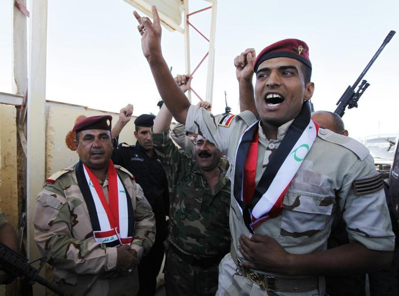 Major General Negm Abdullah Ali (L), army commander of the sixth division gather with Iraqi army west of Baghdad, June 24, 2014. REUTERS/Ahmed Saad