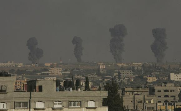 Smoke rises following what witnesses said were Israeli air strikes in Rafah in the southern Gaza Strip July 7, 2014. REUTERS/Abed Rahim Khatib