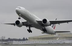 Air France-KLM a revu à la baisse mardi son objectif d'excédent brut d'exploitation pour 2014 alors que le groupe entrevoit des surcapacités dans son réseau sur fond de difficultés persistantes au sein de son activité cargo. /Photo d'archives/REUTERS/Marcus R Donner
