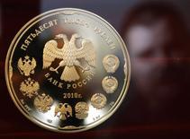 Монета номиналом в 50.000 рублей на Монетном дворе в Санкт-Петербурге 9 февраля 2010 года. Рубль начал торги вторника с минимальными положительными изменениями, следуя текущей плоской динамике глобального валютного рынка. REUTERS/Alexander Demianchuk