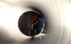 Рабочий проверяет трубу для газопровода Южный поток на заводе ОМК в Выксе 15 апреля 2014 года. Принадлежащая Газпрому компания Центргаз победила в тендере на строительство газопровода Южный Поток на территории Сербии, сообщила российская газовая монополия. REUTERS/Sergei Karpukhin