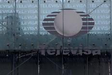 El logo del gigante de los medios Televisa aparece frente al cuartel general de la compañía en Ciudad de México. 29 abril, 2014. El gigante de medios mexicano Televisa dijo el lunes que su utilidad neta a accionistas se incrementó en 21.2 por ciento en el segundo trimestre del 2014 hasta 2,212 millones de pesos (170 millones de dólares) apoyada en fuertes alzas de ventas de sus negocios de TV de paga y telecomunicaciones. REUTERS/Tomas Bravo