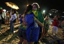 Decepção de torcedores com derrota do Brasil, na praia de Copacabana, Rio de Janeiro.  8/7/2014. REUTERS/Pilar Olivares (BRAZIL)