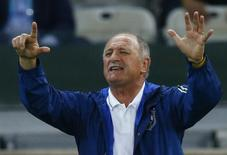 Brazil's coach Luiz Felipe Scolari gestures the number seven to his team during their 2014 World Cup semi-finals against Germany at the Mineirao stadium in Belo Horizonte July 8, 2014. REUTERS/Ruben Sprich (BRAZIL  - Tags: SOCCER SPORT WORLD CUP)