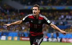 Miroslav Klose marca gol contra o Brasil, seu 16º em Copas do Mundo. 08/07/2014 REUTERS/Marcos Brindicci