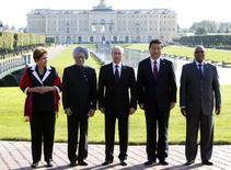 La présidente brésilienne Dilma Rousseff, le Premier ministre indien Manmohan Singh, le président russe Vladimir Putin, son homologue chinois Xi Jinping et le chef de l'Etat sud-africain Jacob Zuma (de gauche à droite) après une réunion des BRICS en marge d'un sommet du G20 à St-Pétersbourg. La création de la banque de développement des BRICS, dotée de 100 milliards de dollars et destinée à financer des projets d'infrastructure, sera officialisée par ses dirigeants lors d'un sommet les 15 et 16 juillet à Fortaleza, au Brésil. /Photo prise le 5 septembre 2013/REUTERS/Sergei Karpukhin