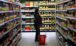 En la imagen, una cliente observa artículos en los anaqueles de un supermercado en  Shenyang, provincia de Liaoning. 11 de abril, 2014.  La inflación a los consumidores de China se enfrió un poco más que lo previsto en junio, lo que sugiere una debilidad persistente en la economía que podría llevar a Pekín a lanzar nuevas medidas de estímulo para apuntalar el crecimiento.  REUTERS/Stringer
