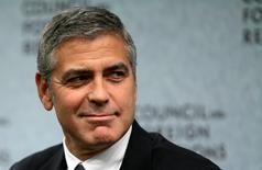 """Imagen del actor George Clooney en un evento en Washington. 12 de octubre, 2010. El actor estadounidense George Clooney criticó el miércoles al medio británico Daily Mail por publicar una historia """"completamente inventada"""" que afirmaba que su futura suegra está en contra de su matrimonio con la abogada de derechos humanos Amal Alamuddin. REUTERS/Molly Riley"""