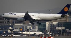 """Lufthansa pourrait lancer des vols long courrier à bas tarif - sous un autre nom que le sien - pour faire face à la concurrence des compagnies aériennes du Golfe et des transporteurs """"low cost"""". /Photo prise le 3 avril 2014/REUTERS/Kai Pfaffenbach"""