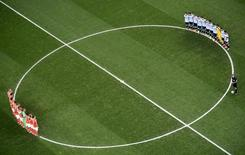 Jogadores da Holanda e da Argentina fazem momento de silêncio em homanagem, na Arena Corinthians, em São Paulo, à lenda do futebol Alfredo di Stéfano, que morreu na segunda-feira. 9/8/2014 REUTERS/Francois Xavier Marit/Pool