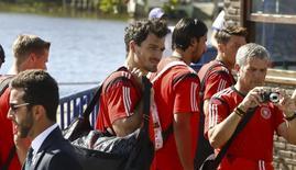 Игрок сборной Германии Матс Хуммельс (в центре) в Санта-Крус Кабралиа 7 июля 2014 года. Защитник сборной Германии Матс Хуммельс получил повторную травму колена, но должен успеть восстановиться к финалу чемпионата мира в воскресенье, в котором его команда сыграет с Аргентиной, сообщил менеджер бундестим Оливер Бирхофф. REUTERS/Arnd Wiegmann