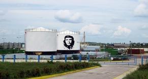 Топливные хранилища с изображением Че Гевары на электростанции в Санта-Кларе, 2 октября 2011 года. Российский госэнергохолдинг ИнтерРАО может получить контракт на сооружение электростанций на Кубе общей мощностью 800 мегаватт, сказал журналистам помощник президента РФ Юрий Ушаков. REUTERS/Stringer
