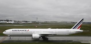 Air France repart à la baisse vers 13h15 et perd 4%. Au même moment, le CAC 40 recule de 1,7% . /Photo d'archives/ REUTERS/Marcus R Donner