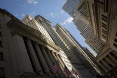 Wall Street perd plus de 1% dans les premiers échanges jeudi, dans le sillage de marchés d'actions européens plombés par des statistiques économiques médiocres en France et en Italie et par les inquiétudes concernant la première banque portugaise cotée. Quelques minutes après l'ouverture, le Dow Jones recule de 0,87%, le S&P-500 cède 0,87% et le Nasdaq abandonne 1,25%. /Photo prise le 2 mai 2014/REUTERS/Brendan McDermid