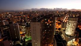 """Vista general de Sao Paulo, la ciudad más grande de Latinoamérica, en esta imagen tomada el 5 de abril, 2011. La agencia Fitch ratificó la calificación de deuda soberana de Brasil en """"BBB"""" con panorama estable, como reflejo de la diversidad económica, sus instituciones relativamente desarrolladas y una fuerte posición de liquidez externa. REUTERS/Paulo Whitaker"""
