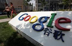 En la imagen, personas caminan cerca al logo de Google frente a la antigua sede central de la compañía, en Pekín. 2 de junio, 2011. Los usuarios tuvieron acceso el jueves en China a los servicios en línea de Google, después de más de un mes de interrupción que bloqueó casi completamente el uso de las plataformas de búsqueda, mapas y correo electrónico de la compañía. REUTERS/Jason Lee