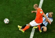 Javier Mascherano, da seleção argentina, trava finalização de Arjen Robben, da Holanda, durante partida em São Paulo. 10/07/2014. REUTERS/Francois Xavier Marit