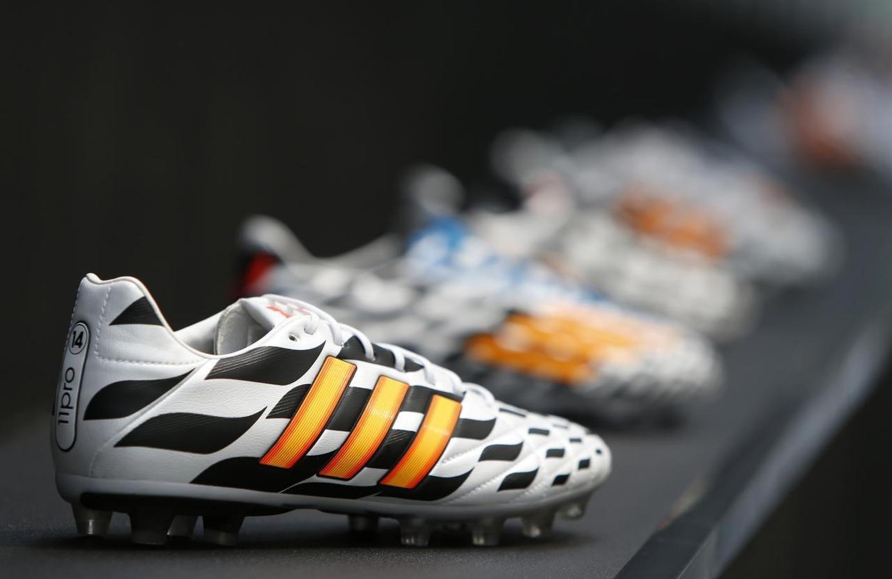 ... de Adidas expuestos antes de una conferencia de la firma en  Herzogenaurach, Alemania, jun 24 2014. Con Adidas patrocinando ambos  equipos en la final del ...