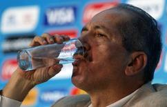 Ministro do Esporte, Aldo Rebelo, bebe água durante entrevista coletiva no Rio de Janeiro. 25/04/2014. REUTERS/Sergio Moraes