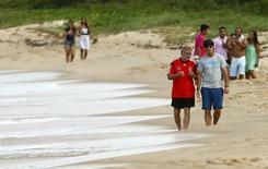 Joachim Loew anda na praia com estrategista Siegenthaler na Bahia.     REUTERS/Arnd Wiegmann