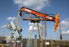 Станок-качалка австрийской компании OMV в Ауэрстале, 20 февраля 2014 года. Цены на нефть снижаются третью неделю подряд в пятницу, поскольку волнения по поводу срыва поставок с Ближнего Востока и из Северной Африки развеялись, хотя цена на нефть эталонной марки Brent осталась выше $108 за баррель. REUTERS/Heinz-Peter Bader