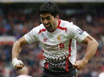 Jogador do Liverpool Luiz Suárez comemora ao marcar um gol durante partida contra o Manchester United pelo Campeonato Inglês, no estádio Old Trafford, em Manchester, norte da Inglaterra. 16/03/2014. REUTERS/Phil Noble