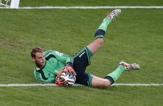 Goleiro alemão Manuel Neuer faz defensa em partida contra o Brasil, em Belo Horizonte. 8/7/2014 REUTERS/David Gray